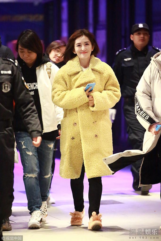 谢娜裹黄色大衣清新养眼 微笑暖人心