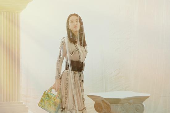 李梦上海出席活动 白纱长裙造型如梦似幻