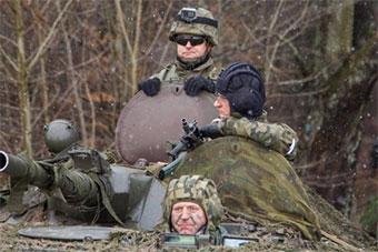波兰陆军部队参加演习 同辆装甲车3人头盔各不同