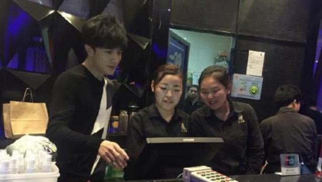 薛之谦为展示厨艺,亲自下厨做饭,看到菜的种类后网友不淡定了