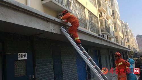 两岁男童反锁家门被困 潍坊消防借助梯子钻窗入室