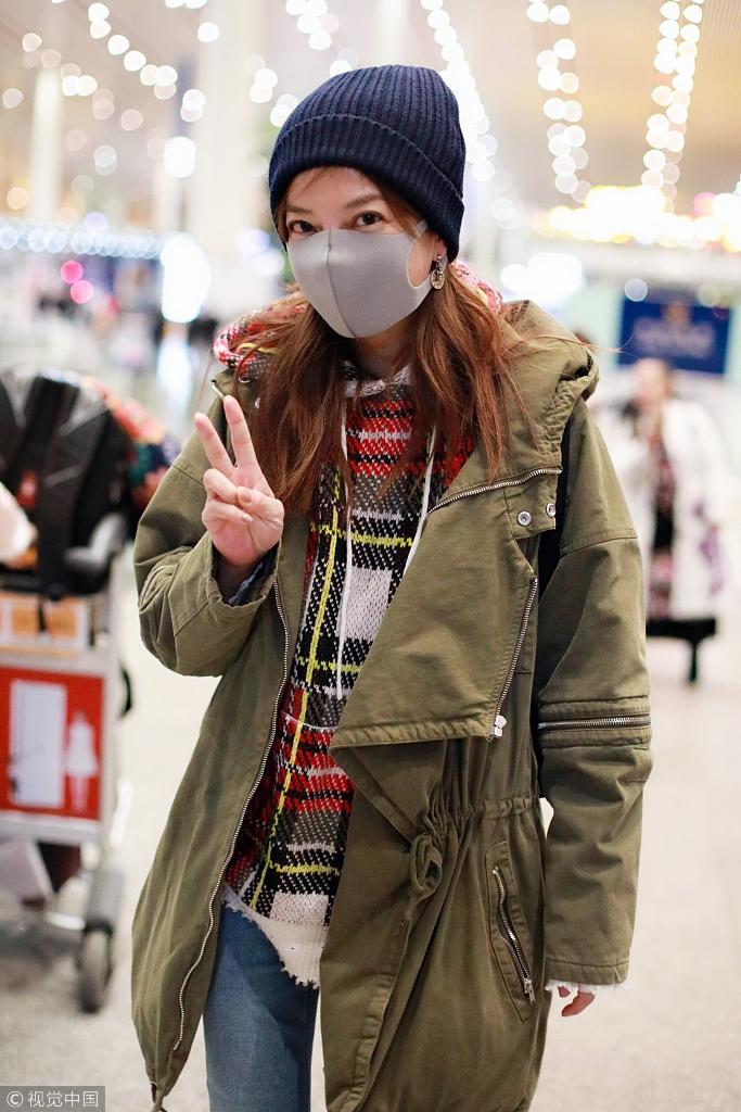 赵薇机场调皮比V大眼迷人 针织帽显少女小细腿抢镜