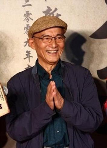 """游本昌老师""""济公""""再现,85岁的他骑着""""宝马""""游玩曝光,两袖清风"""