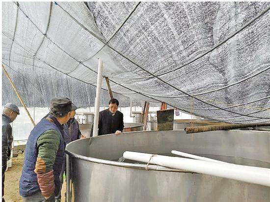 水产局领导赶赴乡镇调查渔业灾情