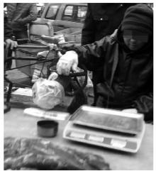 无良商贩造假驴肉:先接骨后植皮 挂驴腿卖猪肉