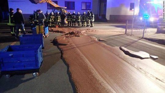 德国工厂一吨巧克力泄漏铺满大街 民众蹲街品尝