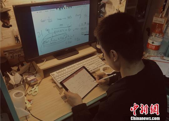 武汉高校一学霸直播学习干货 带全体室友获奖学金