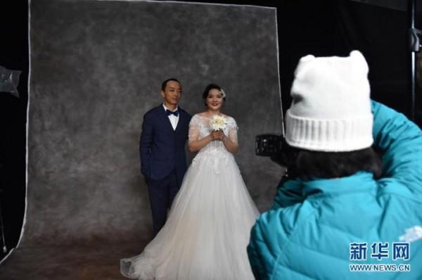 工地上搭影棚 60对农民工夫妻拍婚纱照