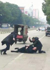执法人员稳坐执法车拍摄持刀伤人视频引争议