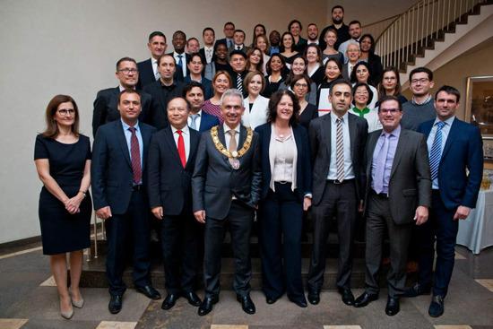 德国华人议员受邀参加颁奖礼 与德国政要交流