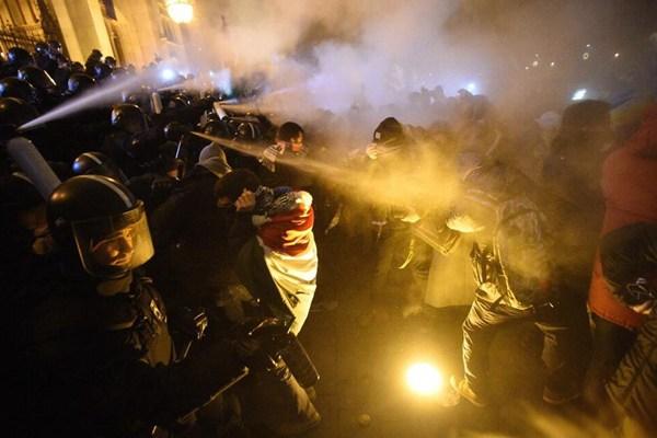"""匈牙利示威者抗议""""奴隶法"""" 国会大厦外同警察发生冲突"""
