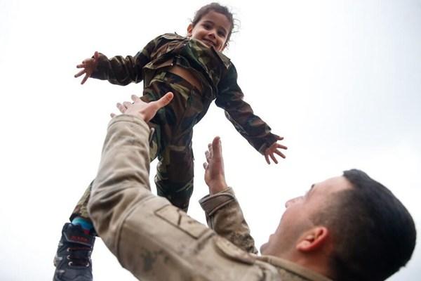"""土耳其特种士兵参加宣誓仪式 摄影师抓拍""""铁汉柔情"""""""