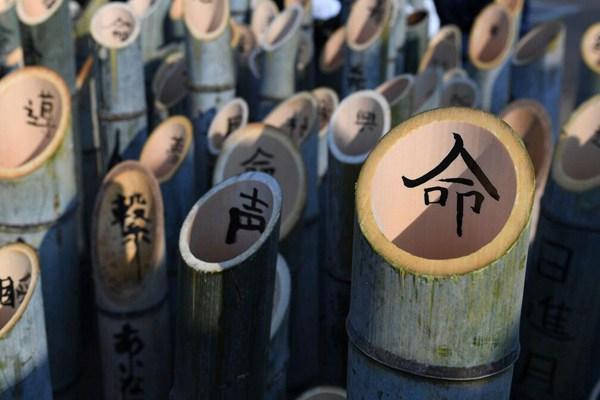 日本将迎阪神大地震周年祭 高中生竹灯上写汉字悼念亡者