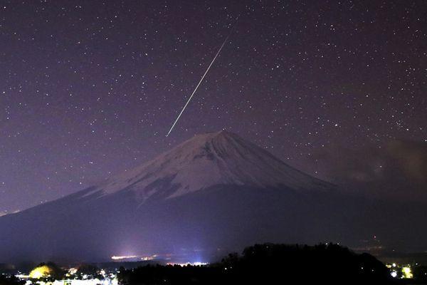 壮观!日本摄影师抓拍双子座流星雨天文盛景