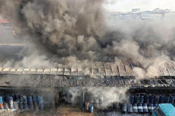 哈尔滨一建筑起火浓烟滚滚