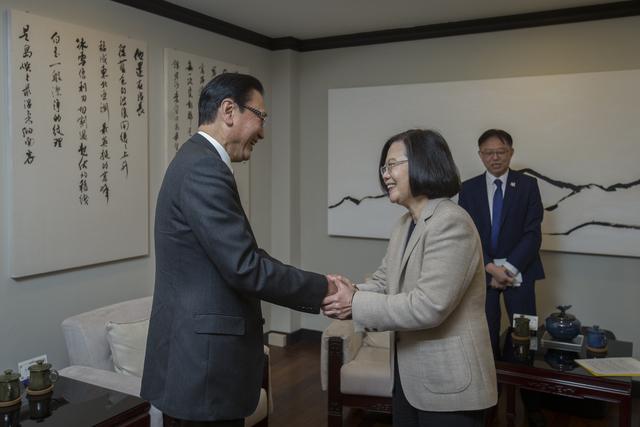 """蔡英文见日议员称希望做台湾""""国际后盾"""",台网友讽:见日本人就矮人一截"""