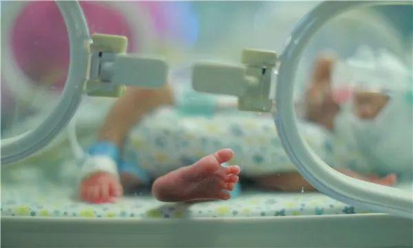 残疾妈妈产下早产儿第5天 在纸上写下:我要安乐死