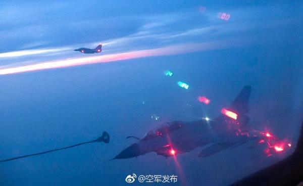 空军歼-10B夜间空中加油,锤炼全天候远程作战能力