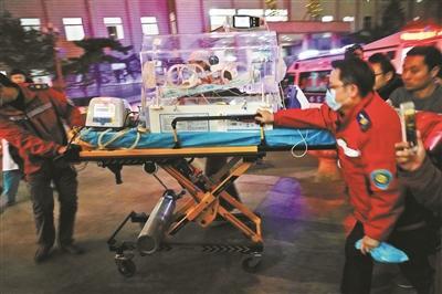 """河南""""巴掌宝宝""""一路绿色通道抵京接受治疗 捐款已超77万元"""
