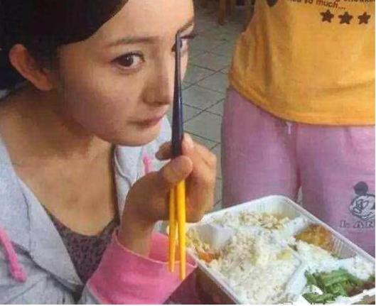 明星盒饭长什么样?欧弟吃一盆米,杨幂菜少米多,她有8个菜