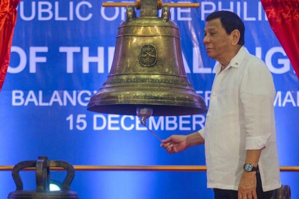 美国归还从菲律宾掠夺的三口大钟 杜特尔特出席移交仪式