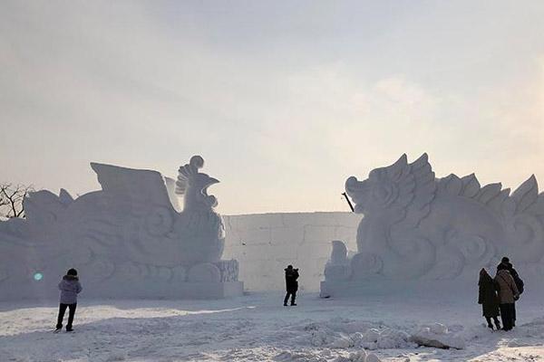 长春打造60万平方米冰雪世界 65米长主雪雕尽展中国风采