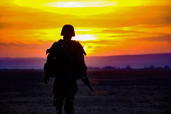 15张极致的军人剪影,每张都超美!