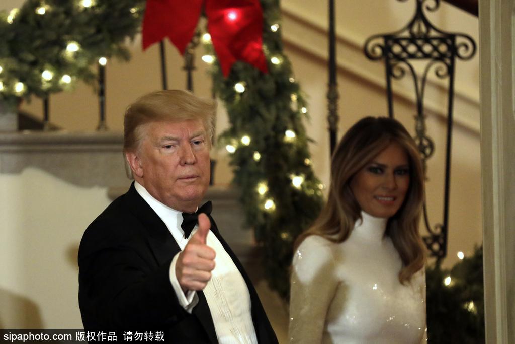 特朗普偕妻子在白宫办舞会 两人喜笑颜开