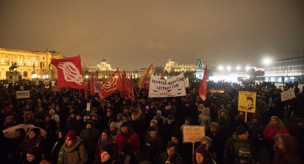 奥地利维也纳爆发反政府游行,约1.7万人参加