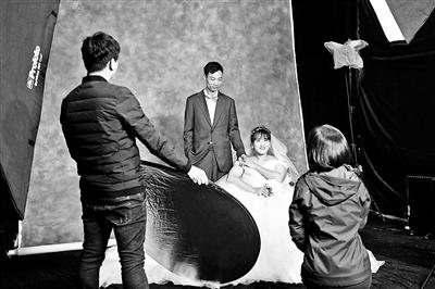 女摄影师为农民工夫妻拍婚纱照