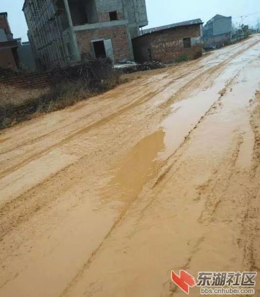 武穴市德里桥村下雨后道路泥泞不堪,市交通局:硬化工程正在做前期准备