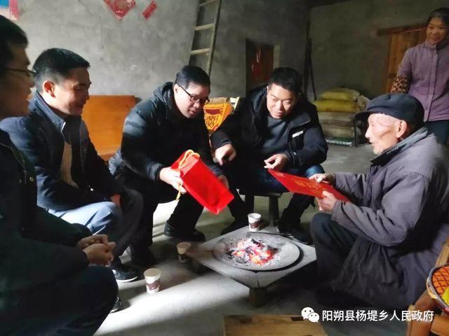 县领导到杨堤开展庆祝自治区成立60周年走访活动