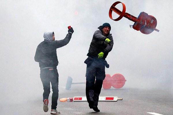 比利时右翼政党组织街头示威 抗议当局签署移民协议