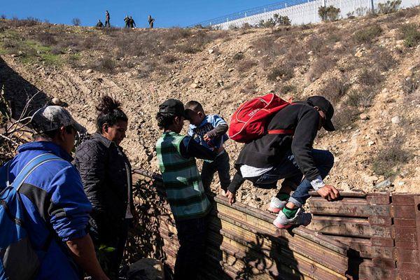 """中美洲移民翻墙穿越美墨边境线 美边境巡逻队""""守株待兔"""""""