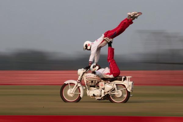 印度军方庆祝胜利日 士兵再秀骑摩托叠罗汉神技