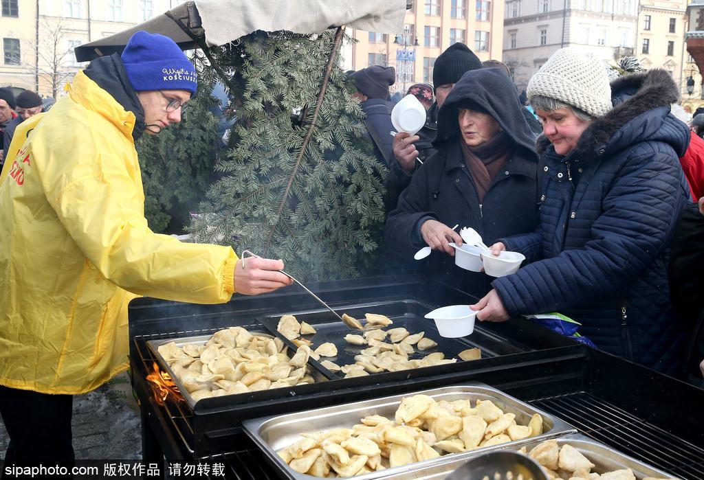 """暖心!第22届""""圣诞救助餐""""活动在克拉科夫举行"""