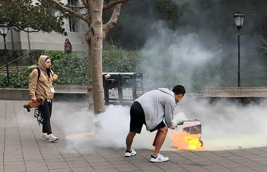 加州大学外卖机器人起火自燃 学生点蜡烛纪念