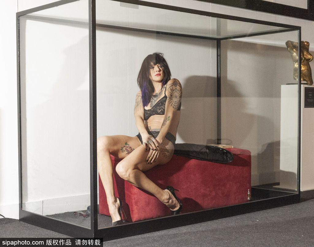 """为艺术献身!意大利女演员精美纹身成博物馆""""展品"""""""