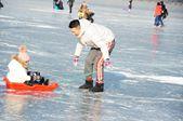 哈尔滨松花江冰面变身冰下游乐场