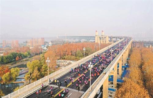 """2500跑步爱好者登上南京长江大桥迎大桥""""新生"""""""
