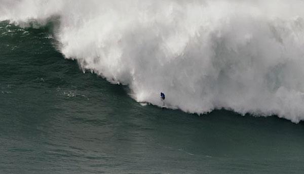 惊心动魄!葡萄牙一冲浪者被巨浪频繁拍打惊险获救