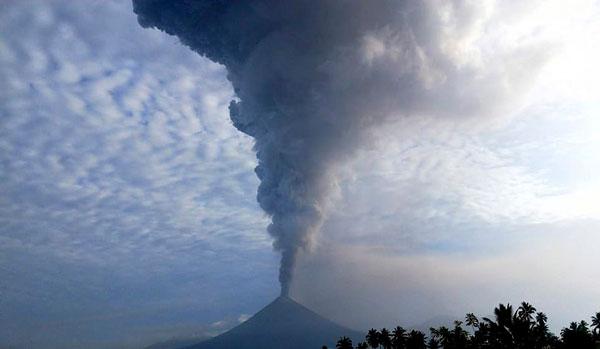 印尼索普坦火山爆发 7000多米高火山灰喷向空中