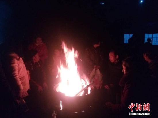 直击四川兴文地震震中:村民寒风中烤火取暖