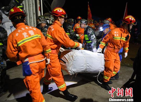 四川村民回忆地震惊险一幕:瓷砖一块块掉落摔粉碎