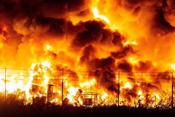 波兰一非法垃圾场起火 现场火光汹涌