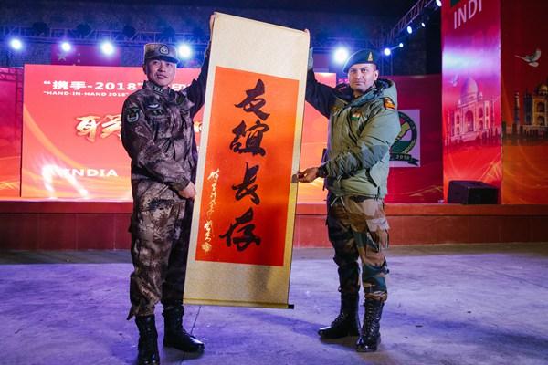 中印陆军反恐联合训练 两国士兵载歌载舞欢庆友谊