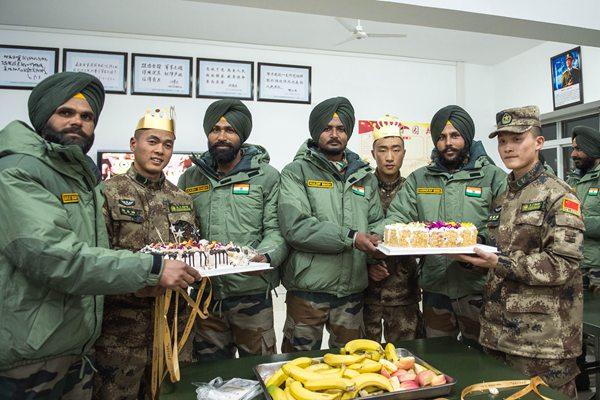 中印反恐联合训练 两国士兵共同庆祝生日