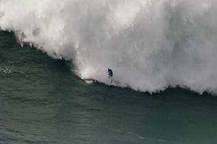 葡萄?#33713;?#28010;者被巨浪频繁拍打惊险获救