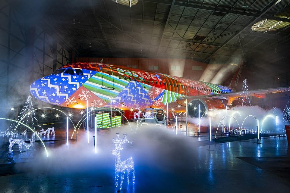 """全球最大飞机灯光秀:空客A320""""披挂""""圣诞灯"""