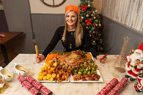 """英国酒吧推出""""世界最大份""""圣诞美食 一顿上万卡路里"""